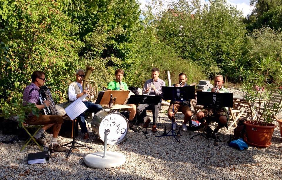 Unterhopft Musik spielt bei Edith im Biergarten Biberbach
